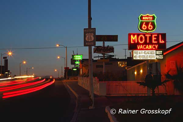 Route 66 Motel, nachts, Barstow, CA
